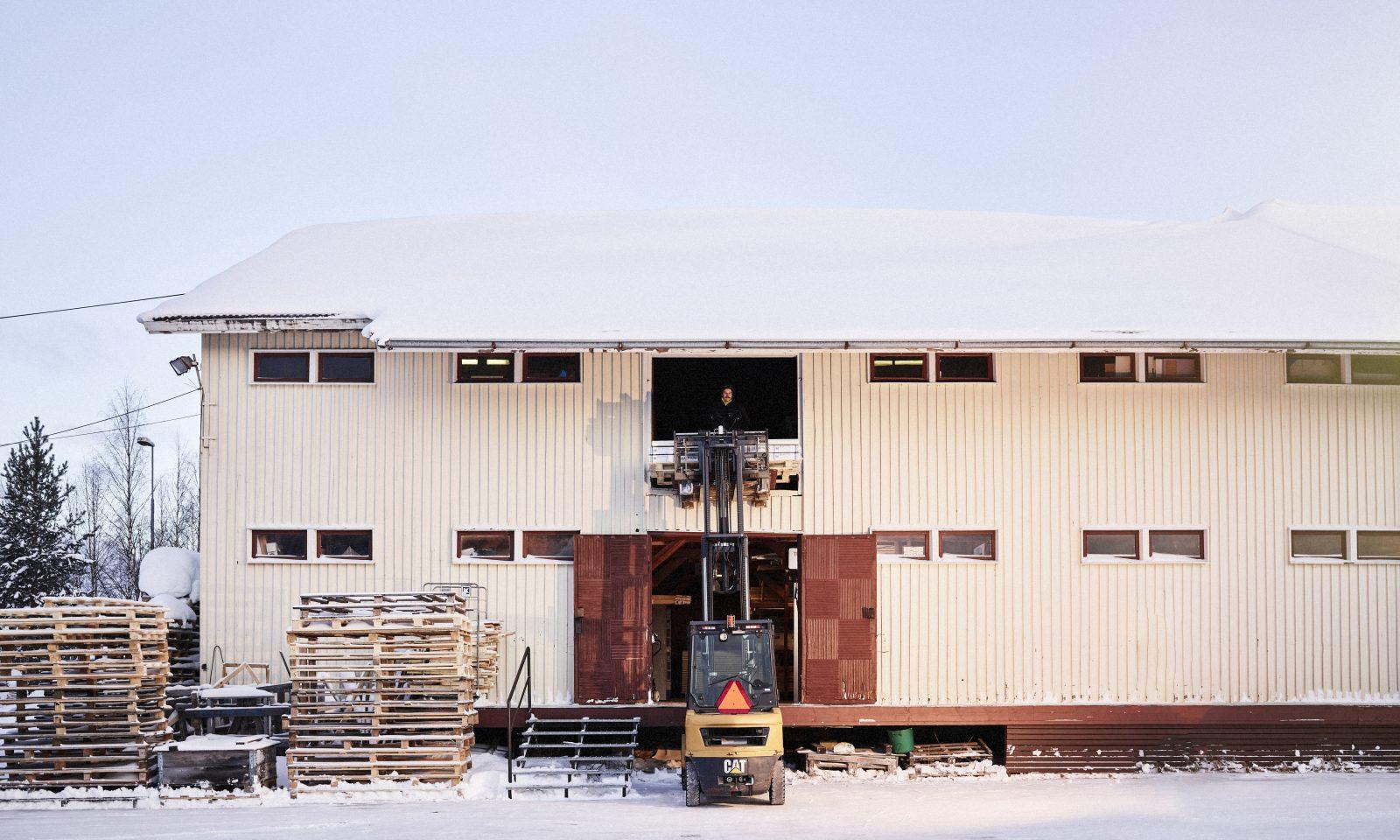 Trukki nostaa tavaraa rakennukseen.