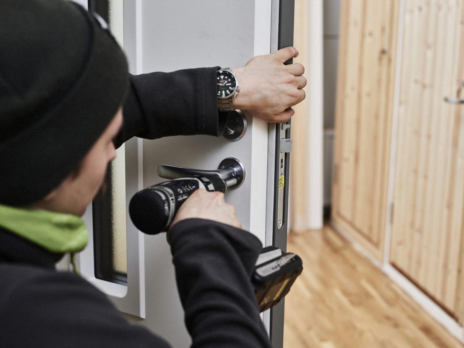 Mies asentaa ovenkahvaa.